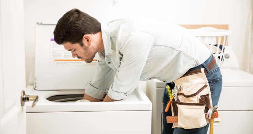 Resolver vazamentos ajuda a economizar água na máquina de lavar