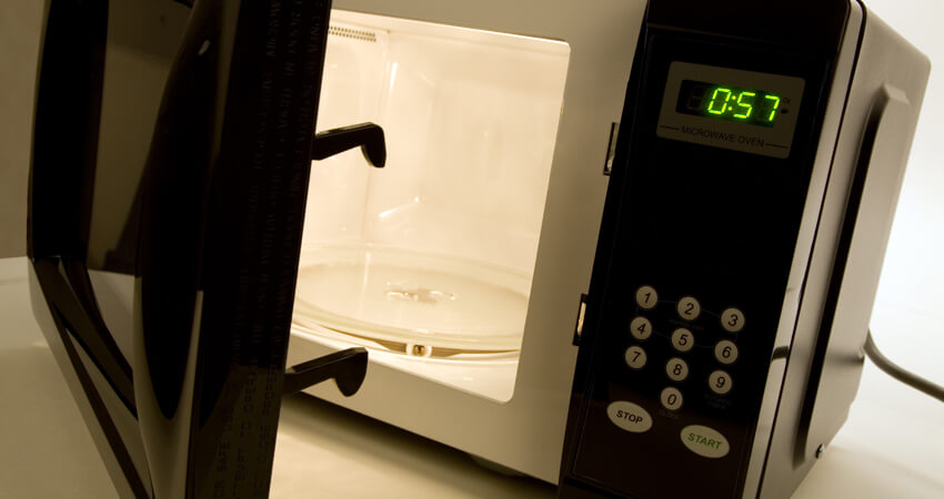 Como limpar o microondas da maneira correta